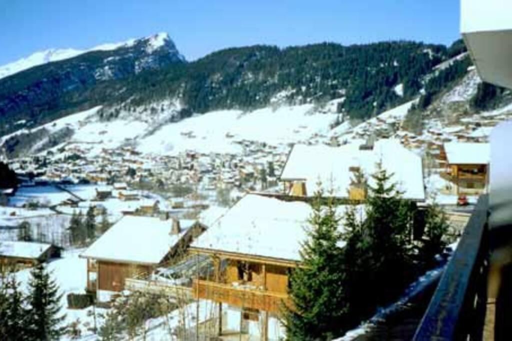 vue droite du balcon sur le centre du village