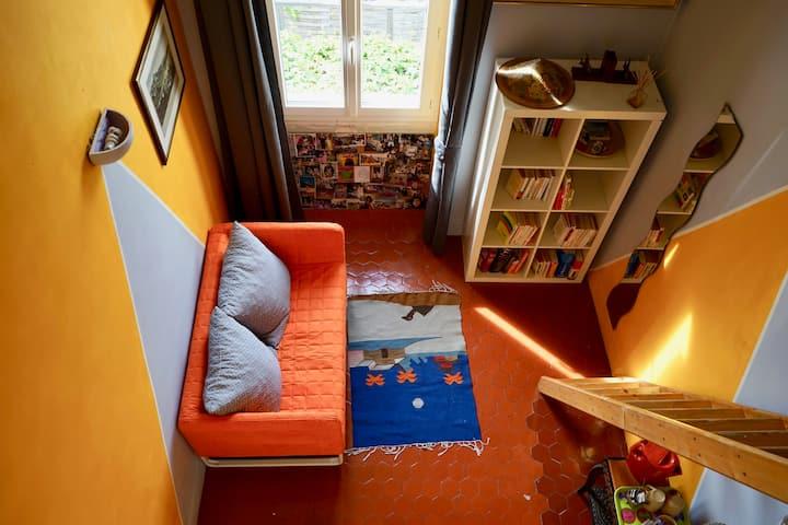 Chambre avec mezzanine, très bien situé.