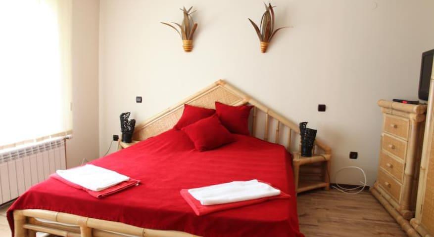 Bedroom 1 (en-suite bathroom)