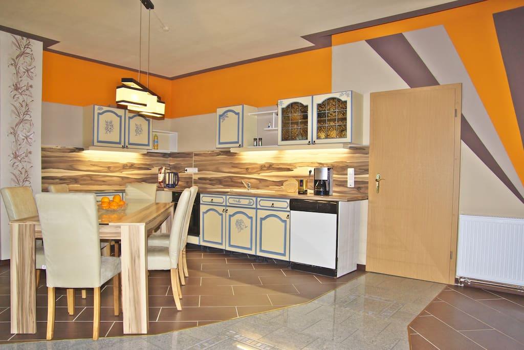Voll ausgestattete, offene Küche