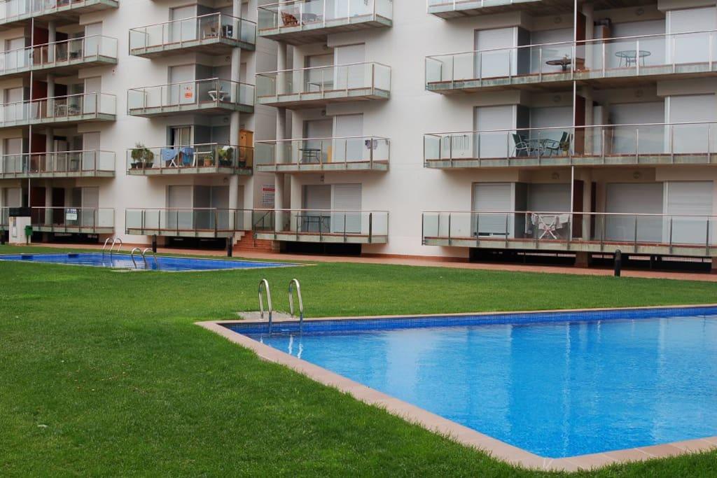 Apartamento con piscina y aire acondicionado roses for Piscina roses