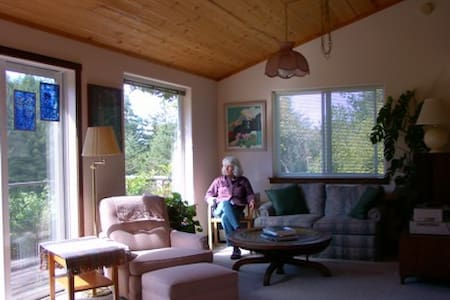 Quiet Meadow Cottage near Mendocino & ocean shores - Albion - Cabin
