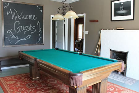 Five Room Suite w Pool Table & Bar - Pittsburgh - Huis