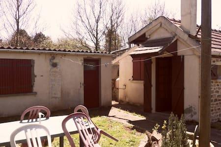Gîte agréable 2/4 personnes - Moulins-le-Carbonnel - Dům