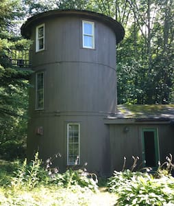 Three story silo in the country - Outros