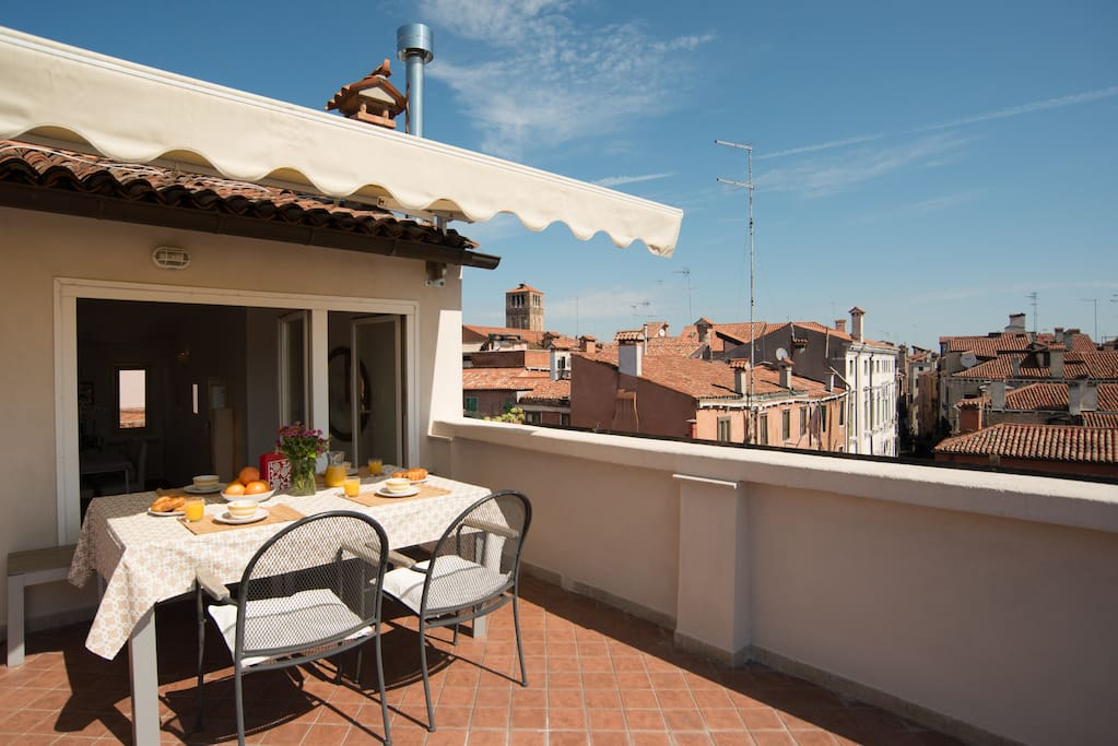 rialto terrace with stunning view over venice flats for rent in venice veneto italy. Black Bedroom Furniture Sets. Home Design Ideas