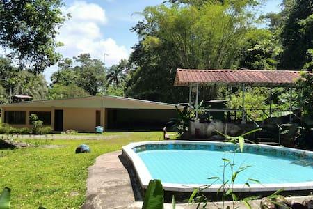 Casa rodeada de bosque - Guapiles - Huis