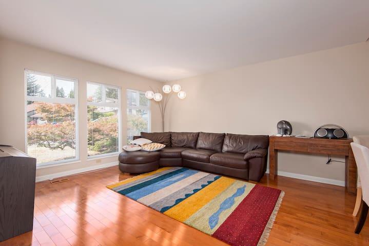 Bright, spacious 3bdrm home w/yard - Port Moody - Huis