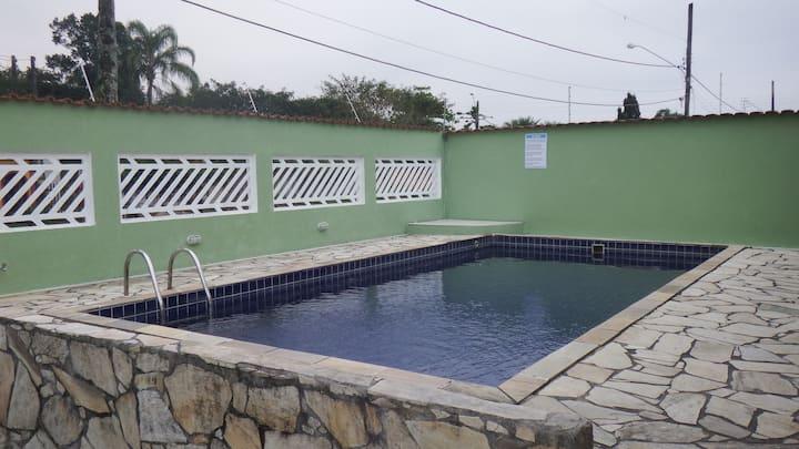 Casa com piscina a 200m da praia