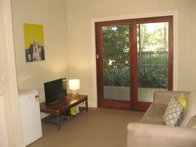 Private apartment, overlooking park - Wilston - Leilighet