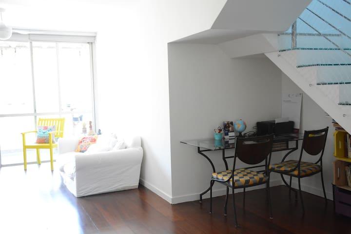 Sala de estar e escritório