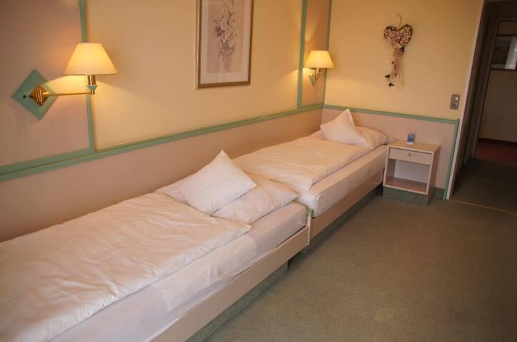 Hotel Dein Franz (Bad Füssing), Zweibettzimmer Classic 1+1 (zwei hintereinander liegende Betten) ohne Balkon