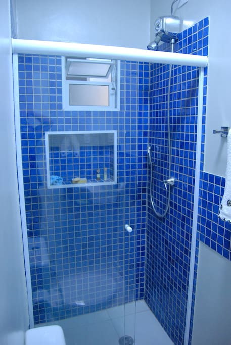 Banheiro reformado com ducha quente/fria com direito a roupas de cama, mesa e banho