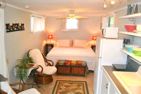 Cozy, Kailua, Beach Walk Bungalow!