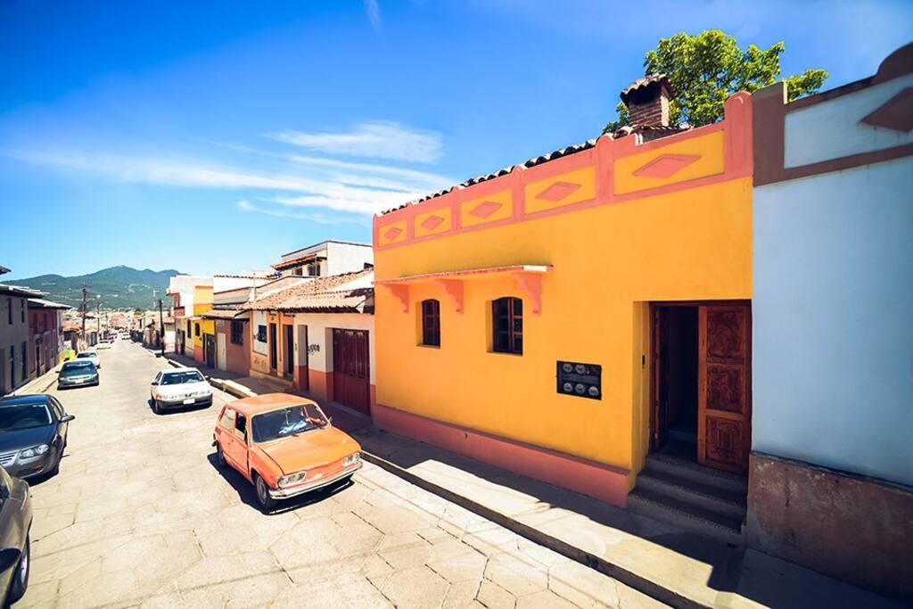 Fachada  de Casa Francisco, ubicada en el Barrio de Guadalupe.