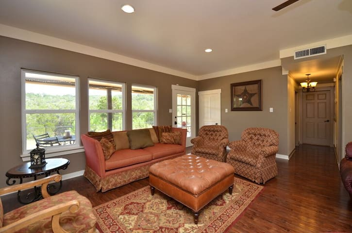 Hill Country Brownstone - Private 16 Acre Retreat
