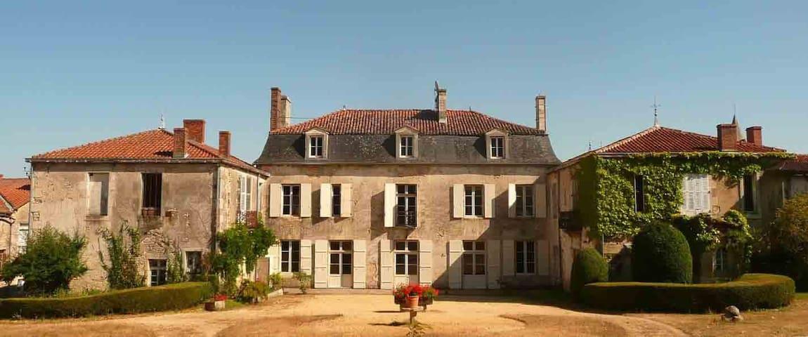 logis de Chantegrolle - Champagne-Mouton - Castle