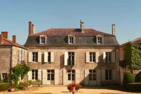 logis de Chantegrolle - Champagne-Mouton - Замок