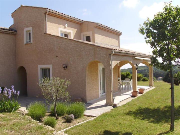 Loue une chambre dans villa avec piscine et jardin