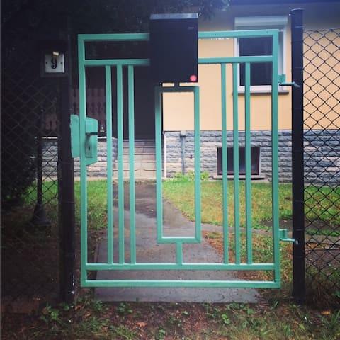 und hier geht es rein: das lindgrüne Eingangstor