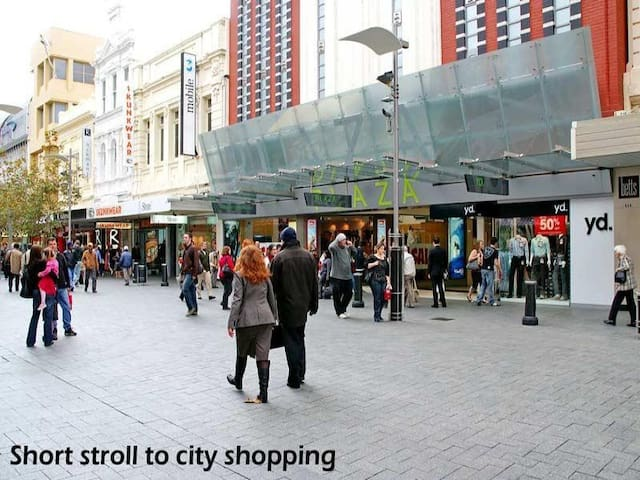 Inner City- Easy connect Everywhere - East Perth - Apartament