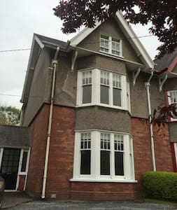 Large Victorian house 1 min to UCC