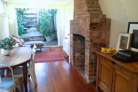 Cute 2 bedroom cottage in Annandale