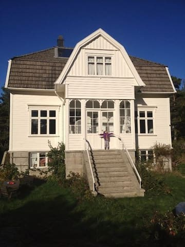 Room at the idyllic, carfree island - Tvedestrand - Ev