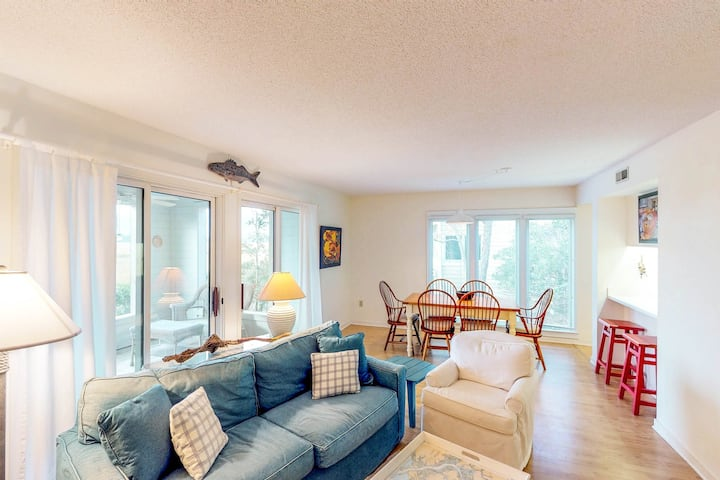Riverfront home w/ great views, shared pool & on-site golf - dogs OK!