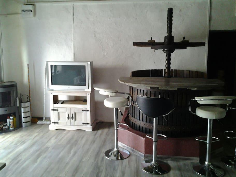 Comptoir servant de bar ou table repas, tv + lecteur dvd