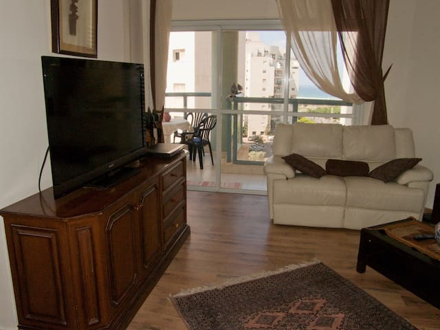 Great Big 3BD APT + Balcony - נתניה - Apartamento