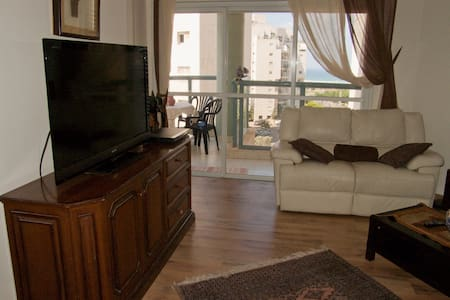 Great Big 3BD APT + Balcony - נתניה