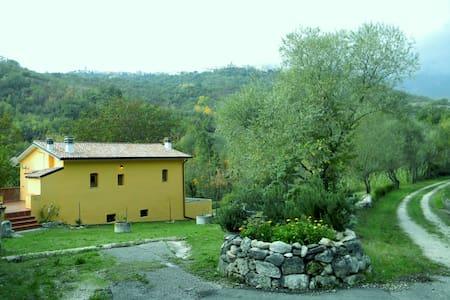 Casale restaurato immerso nel verde - Limiti