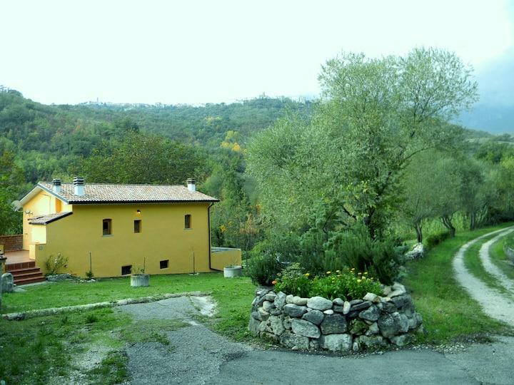Casale restaurato immerso nel verde