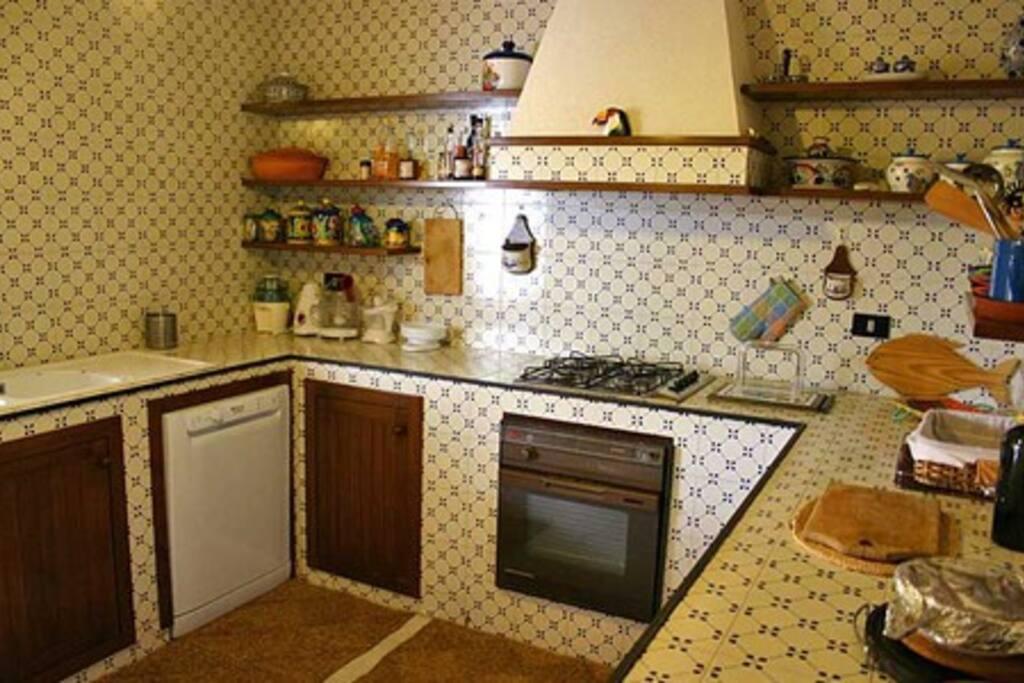 cucina in muratura con ceramica siciliana