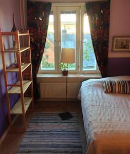 Large Purple Room Central Stockholm - Stockholm - Appartement