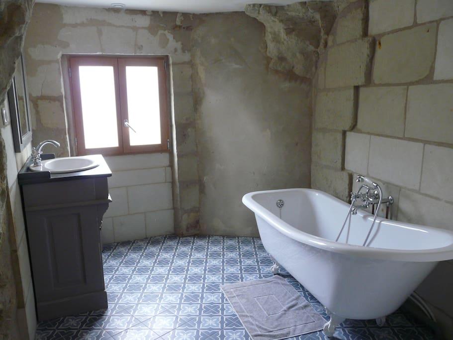 Salle de bain avec beignoire