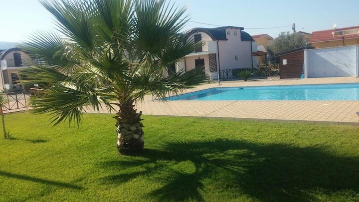 10 min da Soverato,piscina sul mare