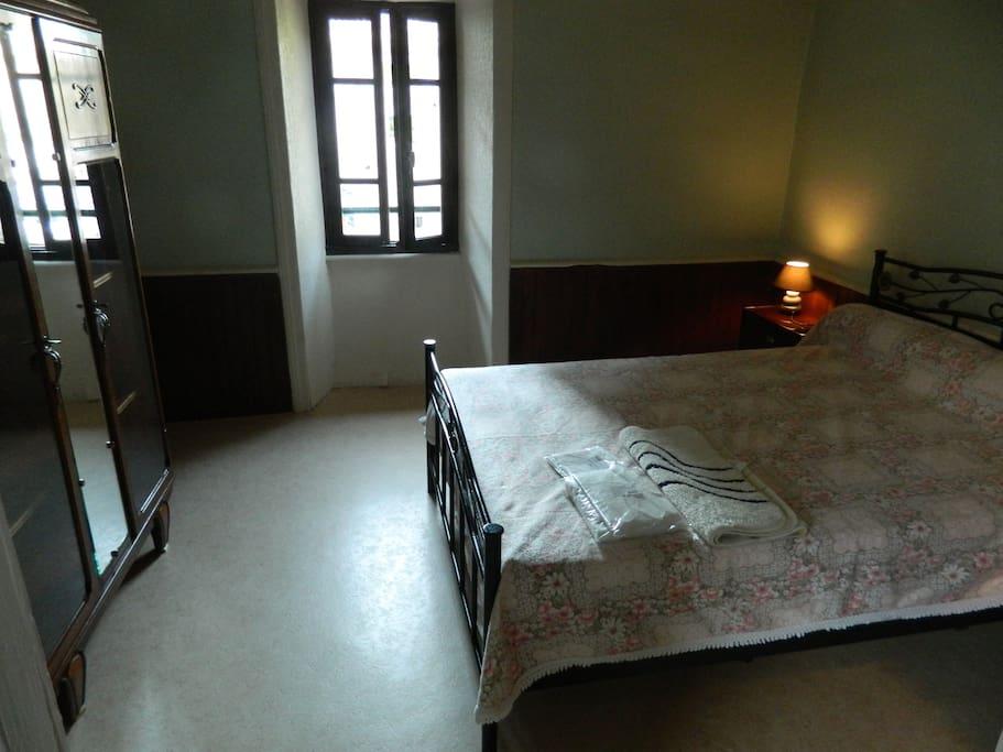 La chambre parentale avec un lit en 140cm