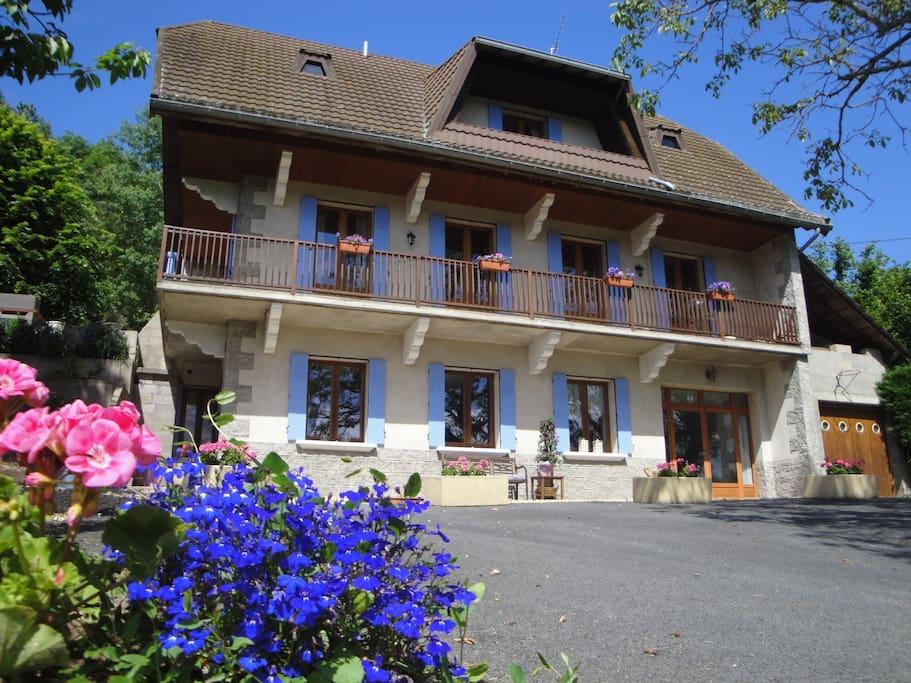 B b la maison du chevalier ambert bed and breakfasts for 1313 la maison du cauchemar