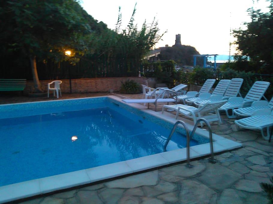 piscina con barbecue e doccia calda