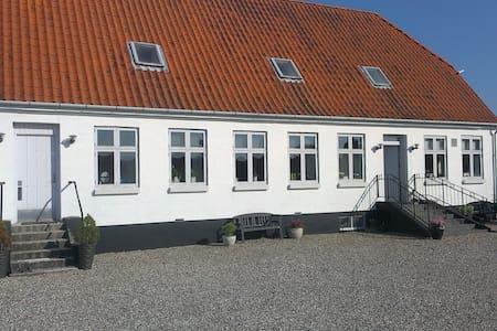 90 m2. Egen indg. 4 rum + BAD,Køkke - Langeskov - Bed & Breakfast