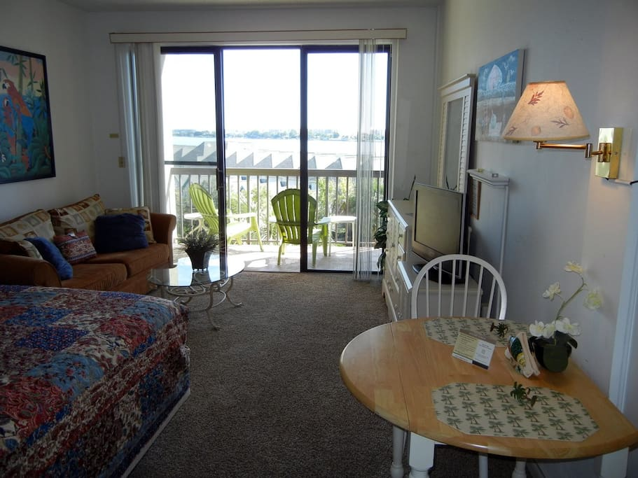 Comfortable 4th Floor Studio with HDTV, Internet, dinette, and a great view!