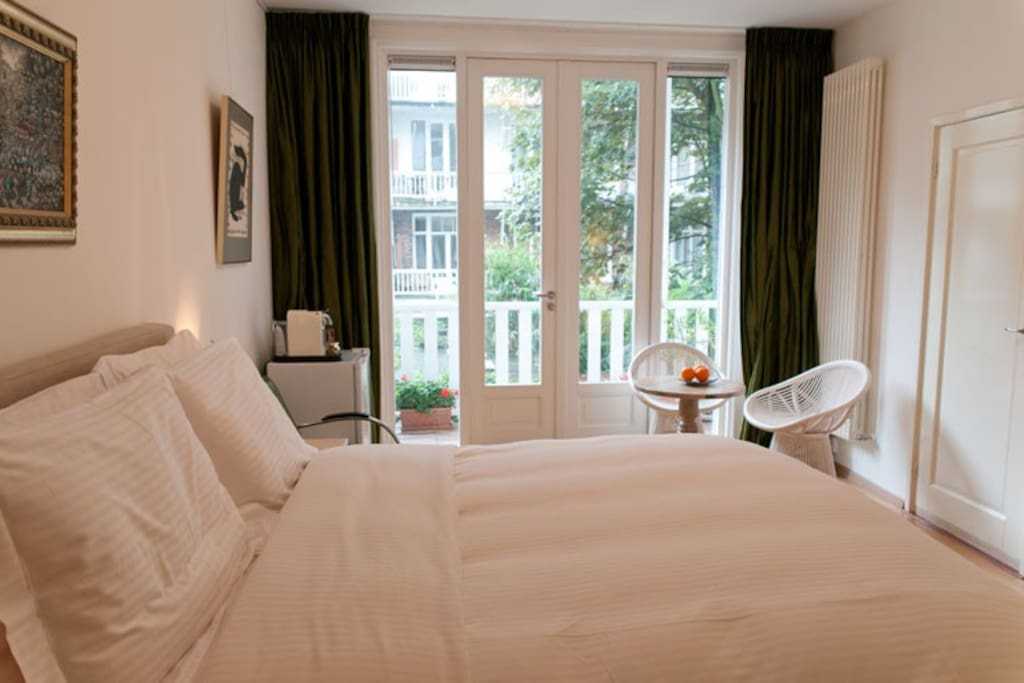 Kamar Bidadari: The bed and breakfastcorner with the big terrace