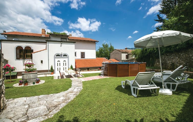 Apartmant with courtyard and pool - Kršan - Lägenhet