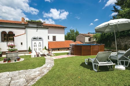Apartmant with courtyard and pool - Kršan - Byt