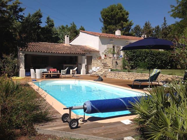 Charmante villa avec piscine jardin arbor maisons for Camping a aix en provence avec piscine