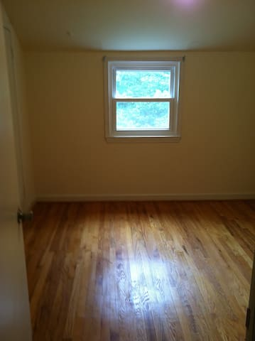 Single bedroom partially furnished - Cheverly