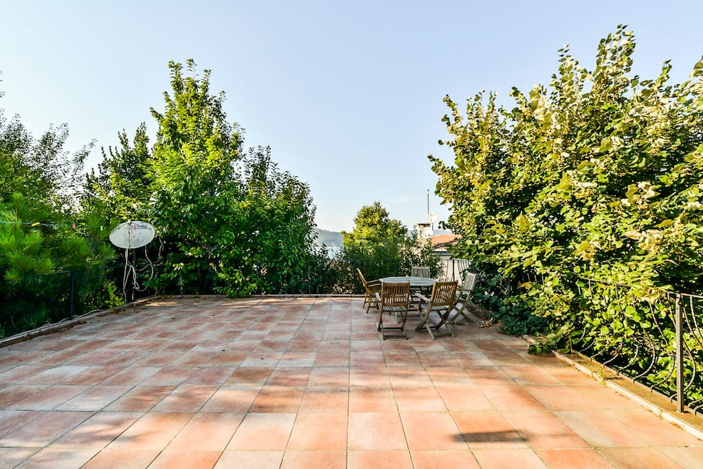 The terrace is almost 60 square meters (645 square feet) and has a barbecue. Thanks to the fruit trees surrounding the house there are shady corners too.