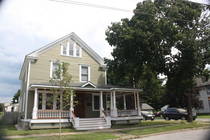 Gorgeous house 4 blocks from track! - Saratoga Springs